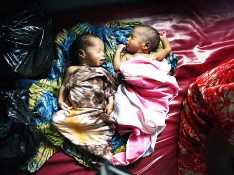Two babies in the MSF primary health care clinic in Mogadishu, Somalia. (2008)
